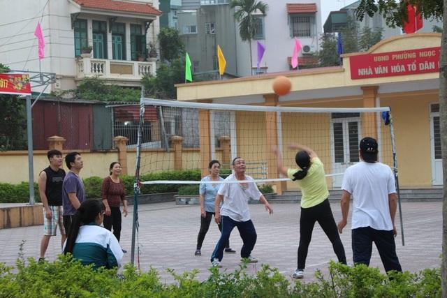Nhà văn hóa của các phường, tổ cũng có không gian rộng cho các hoạt động bóng chuyền, cầu lông, đá cầu vào mỗi buổi sáng và buổi chiều.