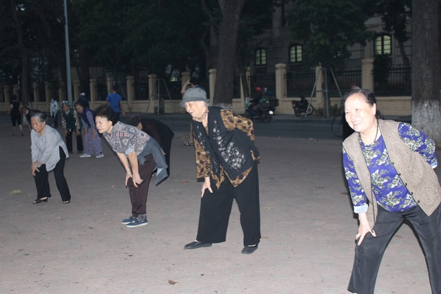 Ngày mới của Hà Nội bắt đầu với hình ảnh những cụ già tập thể dục từ lúc trời còn tờ mờ. Tập thể dục buổi sáng dường như đã trở thành thói quen khó bỏ của người dân Thủ đô.