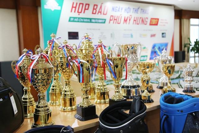 Hệ thống cúp và giải thưởng của giải đấu khá lớn