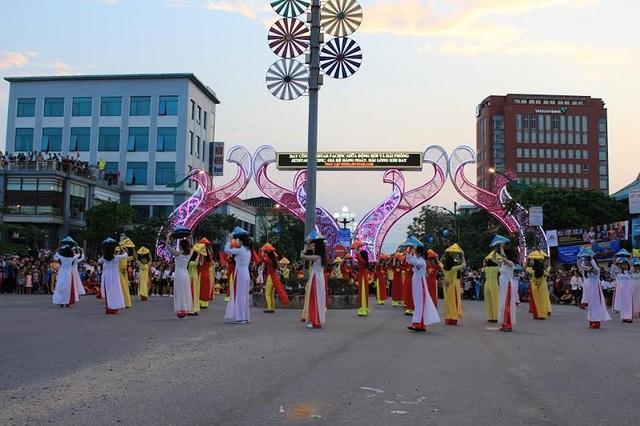 Lễ hội diễu hành đường phố với sự tham gia của đông đảo giáo viên, học sinh, các nghệ nhân, hạt nhân văn hóa văn nghệ và diễn viên quần chúng trên địa bàn các xã phường của thành phố Đồng Hới.