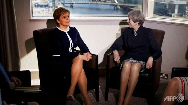 Thủ tướng Anh Theresa May (phải) gặp mặt Thủ hiến Scotland Nicola Sturgeon tại Scotland hôm 27/3 (Ảnh: AFP)