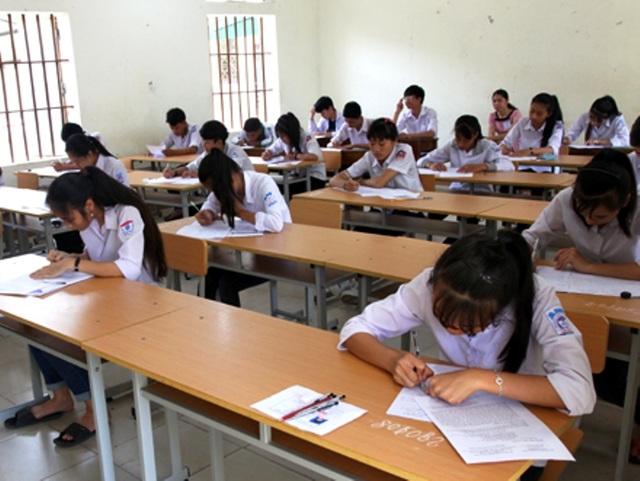 Các thí sinh làm dự thi vào lớp 10 THPT năm học 2017 - 2018 tại Ninh Bình làm bài thi trong ngày thi đầu tiên (ảnh: Báo Ninh Bình)