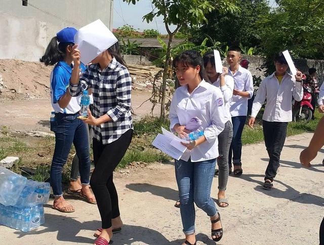 Các thí sinh thi vào lớp 10 THPT năm học 2017 - 2018 tại Ninh Bình dự thi trong những ngày nắng nóng kỷ lục.