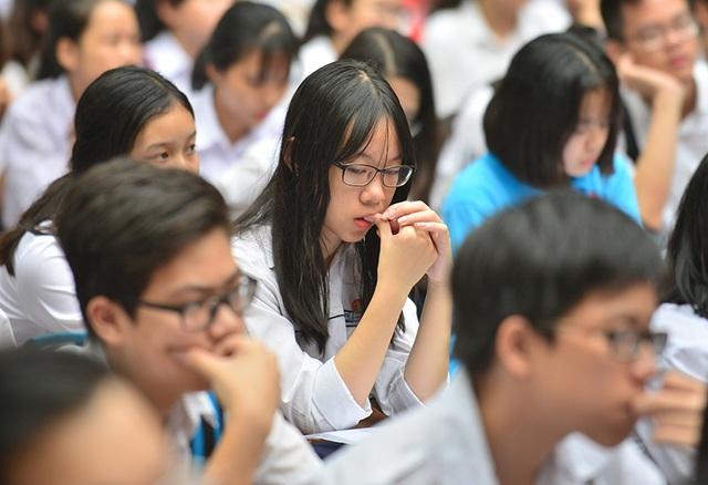 Thí sinh căng thẳng trước giờ thi tuyển sinh lớp 10 công lập - 10