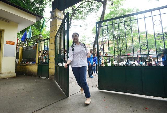Sát giờ đóng cửa trường thi, một số thí sinh đến muộn vội vã chạy vào.