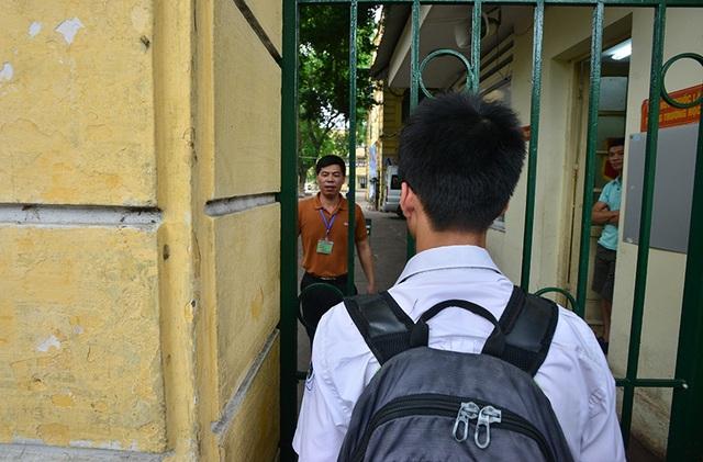 Một số em có mặt sau khi cổng đã đóng phải trình giấy báo dự thi để được giám thị cho qua cửa.