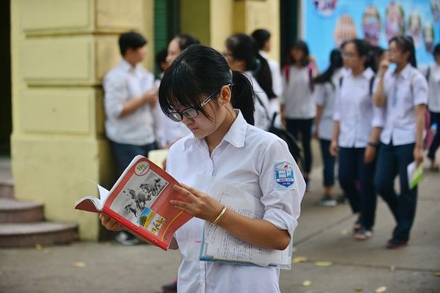 Trong lúc này, nhiều thí sinh vẫn dán mắt vào sách vở để ôn lại kiến thức
