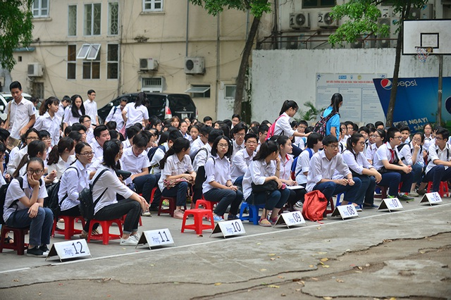 7h, thí sinh xếp hàng trên sân trường để nghe phổ biến quy chế thi