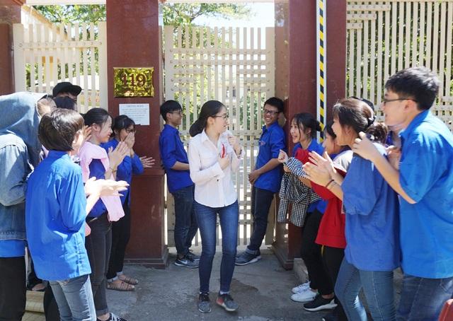 Thí sinh đầu tiên rời phòng thi ngỡ ngàng trước sự chào mừng của các tình nguyện viên