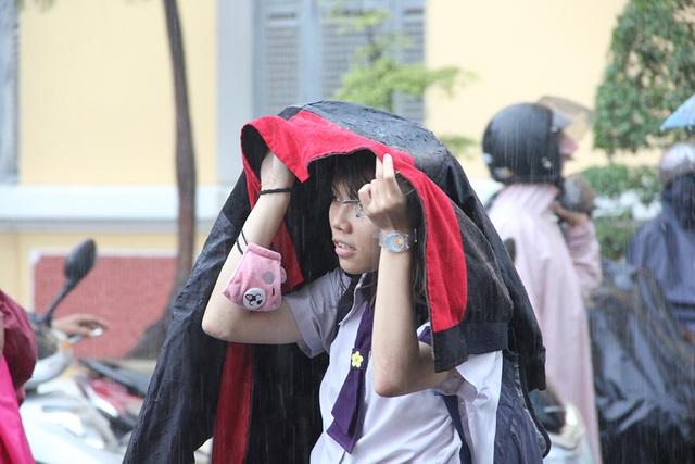 Cơn mưa khá lớn bất chợt ập xuống ngay sau giờ thi môn Ngoại ngữ khiến nhiều thí sinh không chuẩn bị kịp áo mưa