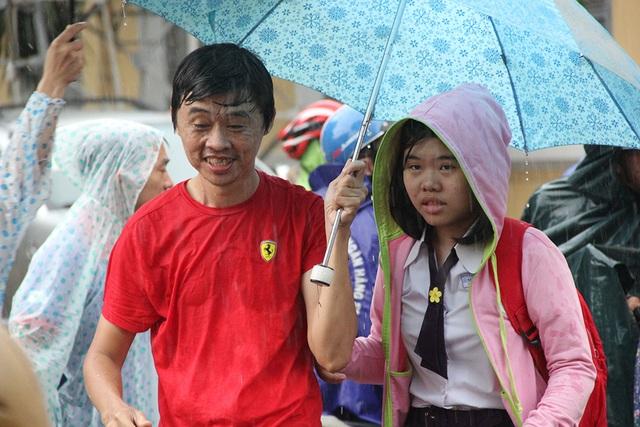 Một số thí sinh không lo ngại chuyện bị ướt mưa, cùng người nhà về sớm