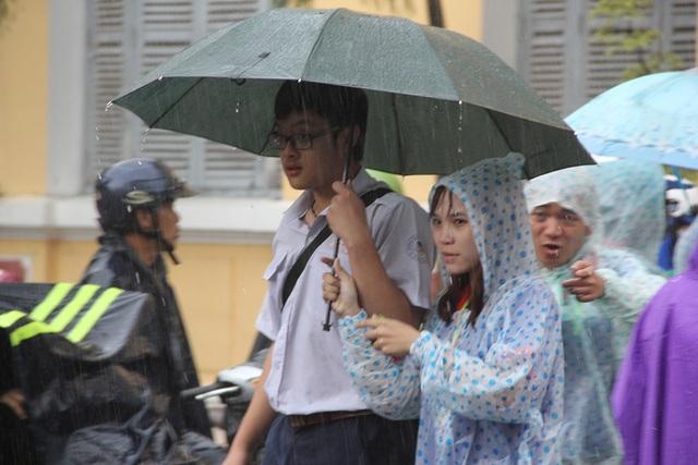 Phần lớn thí sinh tại TPHCM hoàn tất kỳ thi THPT quốc gia trong chiều nay nên cơn mưa lớn không gây ảnh hưởng nhiều đến các em