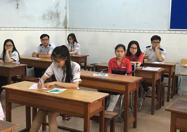 Ổn định chỗ ngồi trong phòng thi để chờ phát đề