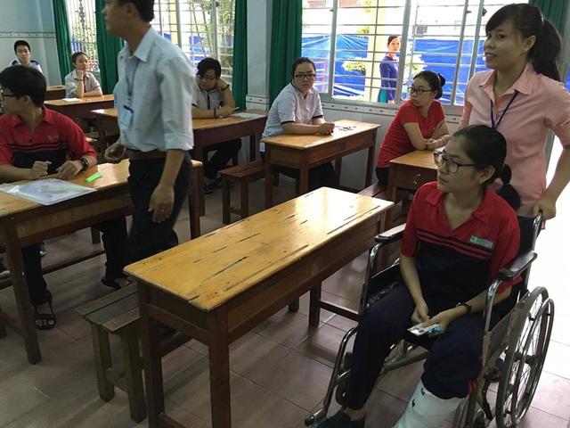 Cùng với các thí sinh khác, Đỗ Thị Lan Anh đến phòng thi bằng xe lăn