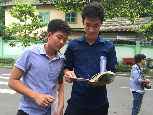 Thí sinh xem lại bài sau khi thi xong môn Sử tại kỳ thi THPT quốc gia năm nay