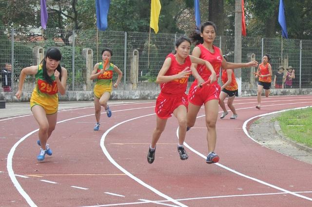 Thí sinh tham gia nội dung thi chạy 100m.