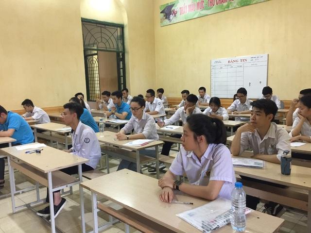Các thí sinh làm thủ tục trước giờ thi tại Hội đồng thi trường THPT Nguyễn Khuyến, thành phố Nam Định.