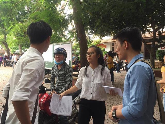 Thí sinh sau khi thi xong môn Lý và Hoá tại điểm thi trường THCS Trần Văn Ơn (ảnh Lê Phương)
