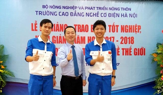 Ông Đồng Văn Ngọc - Hiệu trưởng Trường Cao đẳng nghề cơ điện Hà Nội, cùng 2 thí sinh dự Kỳ thi tay nghề thế giới.