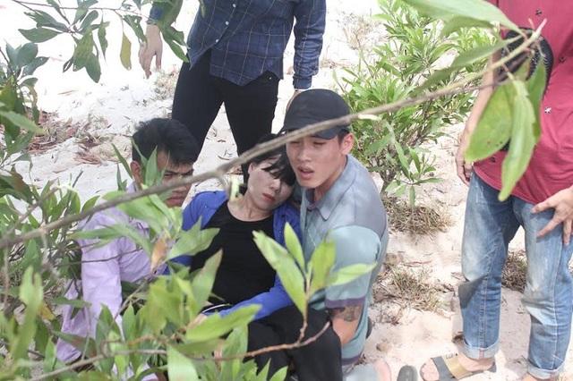 Chị Dương Thị Thảo khóc đến ngất lịm khi biết tin dữ về con trai