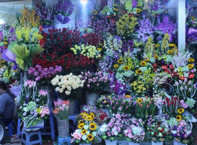 Các loại hoa tươi với mẫu mã phong phú được bày bán trong dịp 8/3