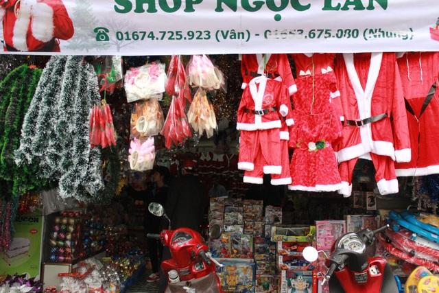 Các mặt hàng phục vụ Noel được bày bán rộng rãi, lung linh đầy màu sắc