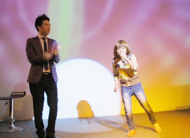 Thiên Khôi lên sân khấu lần đầu tiên và được ca sĩ Lê Hiếu cổ vũ nồng nhiệt