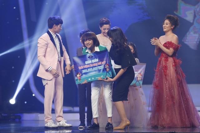 Thiên Khôi với số lượng tin nhắn bình chọn chiếm 61,55% giành ngôi vị cao nhất của Vietnam Idol Kids 2017 với phần thưởng trị giá 300,000,000 đồng tiền mặt.