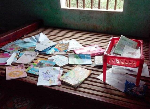 Sách vở của học sinh bị ướt