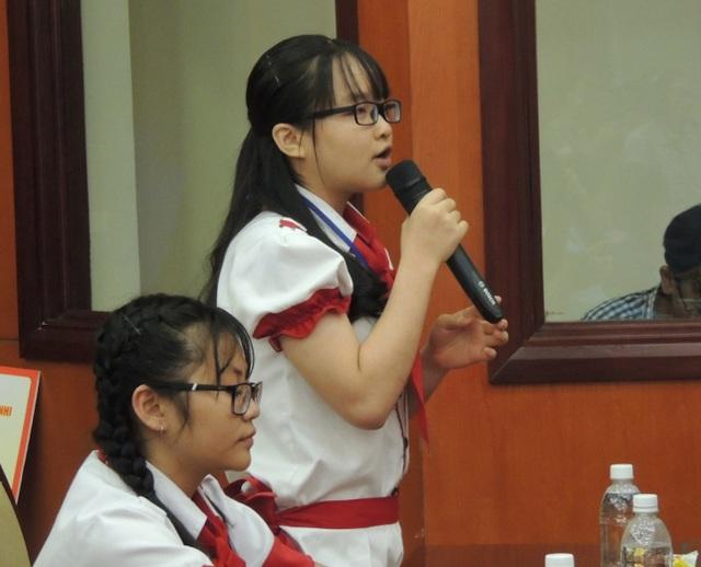 Học sinh bày tỏ ý kiến với lãnh đạo tại buổi gặp gỡ.