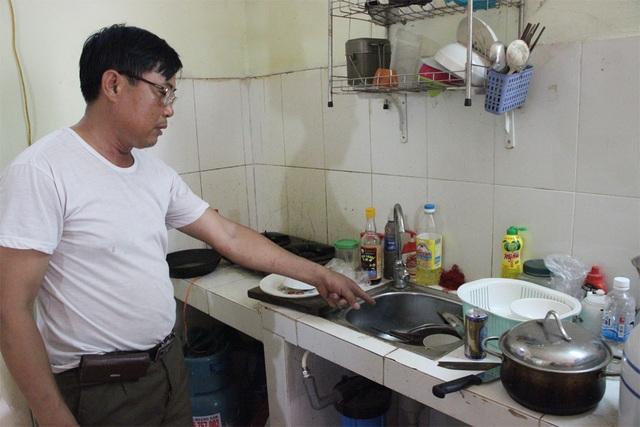 Bát đũa nhà ông Tịnh chất đống chưa rửa được vì không có nước.