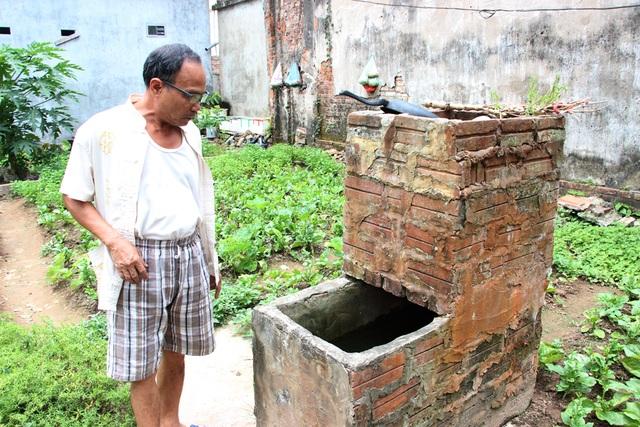 Ông Dũng cho biết, chiếc giếng khoan này đã đắp chiếu từ lâu nhưng nay do thiếu nguồn nước máy nên các hộ dân trong xóm đã sử dụng lại để lấy nguồn nước sinh hoạt.