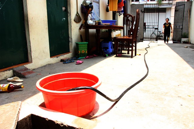 Người dân ở ngõ 161, đường Bát Khối, phường Long Biên (Long Biên, Hà Nội) nhiều ngày nay phải sống cảnh thiếu nước sạch sinh hoạt.