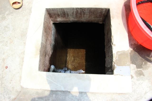 Bể chứa của xóm trọ này đã cạn tới đáy.