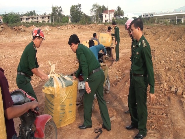 Lực lượng chức năng phát hiện 4 xe mô tô vận chuyển lậu hàng qua biên giới