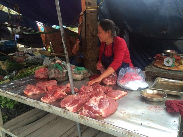 Việc kinh doanh thịt lợn đang khá ế ẩm, do xu hướng hiện nay 2 - 3 gia đình mua chung 1 con lợn để ăn dần