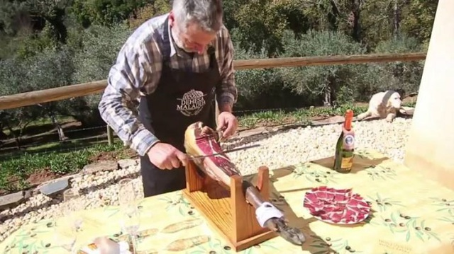 Thịt được cắt thành từng lát mỏng