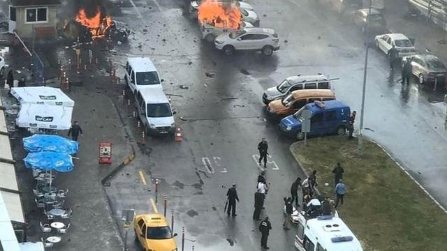 Hiện trường vụ tấn công ở Izmir, Thổ Nhĩ Kỳ hôm nay 5/1 (Ảnh: AFP)