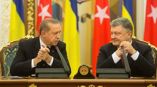 Tổng thống Thổ Nhĩ Kỳ Recep Erdogan (trái) và người đồng cấp Ukraine Petro Poroshenko trong cuộc họp báo ngày 9/10 (Ảnh: Reuters)