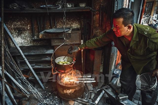 hiếc lò rèn gắn bó với ông hàng chục năm trời từ lúc làm việc đến lúc nấu ăn.