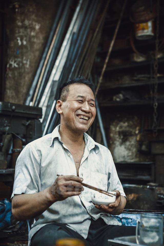 Khi nghỉ ngơi, ông Hùng mới lộ rõ tính cách thật sự hài hước, vui vẻ của mình khác hẳn so với khi làm việc.