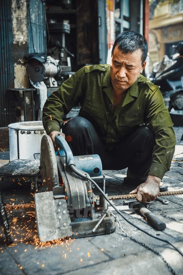 Các cụ nhà ông Hùng vẫn truyền, trước đây người dân làng Canh (huyện Từ Liêm) có nghề đặt bễ rèn những đồ dân dụng bằng sắt. Họ gánh bễ đi khắp nơi rèn thuê nông cụ, đồ dùng gia đình cùng những vũ khí nhỏ