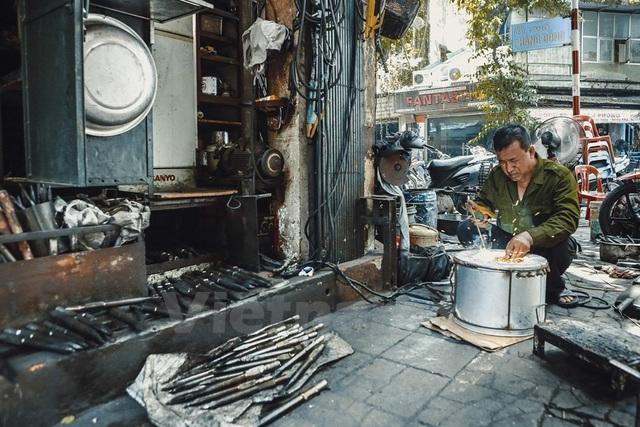 Về sau người làng Canh di cư lên Hà Nội, mở lò rèn làm nên phố Lò Rèn. Trước đó con phố này có tên là Hàng Bừa