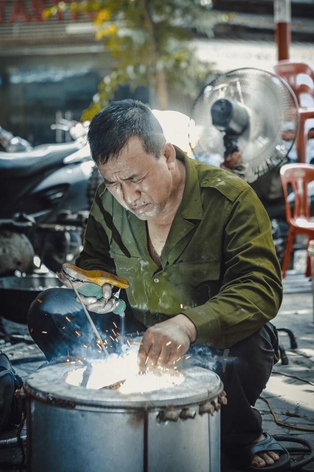 Khi đến phố nhỏ giữa lòng Hà Nội, tìm hỏi Hùng Lò Rèn là cả phố đều chỉ tận nơi vì đây là một người thợ rèn hết sức đặc biệt.