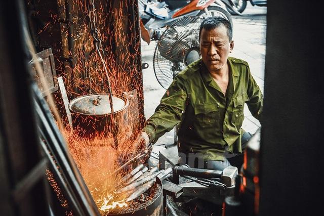 Lò rèn của ông Hùng là nơi cuối cùng trên cả con phố cổ làm ra những chiếc búa, dao, kéo bên bếp lò than rừng rực.
