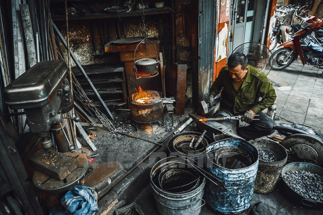 Ông Hùng chia sẻ đây là nghề rất vất vả, lò rèn và những thùng dầu sôi sùng sục lên tới hàng trăm độ giữa tiết trời nóng bức mùa hè, mùa Đông thì khô nứt nẻ.