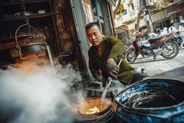 Ông Hùng ngậm ngùi nói, ông không truyền nghề cho con cái mình và cũng có thể, khi ông không còn sức lực làm việc nữa, nghề thợ rèn trên con phố này cũng chính thức biến mất.