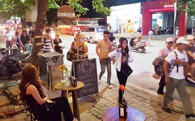 Du khách đi dạo tại phố Tây Huế - đường Lê Lợi buổi đêm (Ảnh chụp giữa tháng 7/2017)
