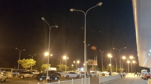 Hình ảnh rất đáng buồn ở sân bay quốc tế Phú Bài hàng đêm khi điện bóng mở bóng tắt làm cả sân bay tờ mờ. Tình trạng này được nhiều người phản ánh, than phiền nhưng lãnh đạo sân bay không chịu thực hiện