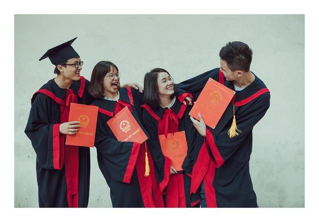 Ngày tốt nghiệp rồi cũng đến, mỗi đứa một bộ áo cử nhân, một tấm bằng đại học, 4 năm thanh xuân đẹp đẽ cũng đến ngày phải nói lời chia tay.